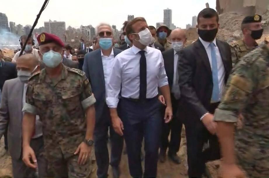 Capture d'écran d'une vidéo du président Emmanuel Macron (c) inspectant les dégâts au port de Beyrouth, le 6 août 2020 deux jours après la double explosion