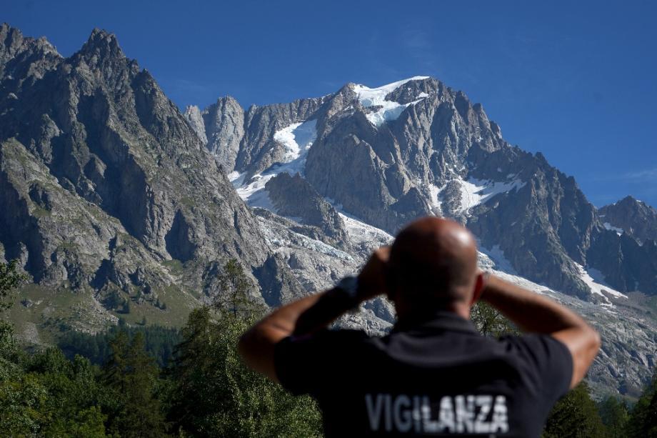 Surveillance de l'évolution du glacier de Planpincieux à Courmayeur (Italie), le 8 août 2020 dont un gros bloc menace de s'effondrer
