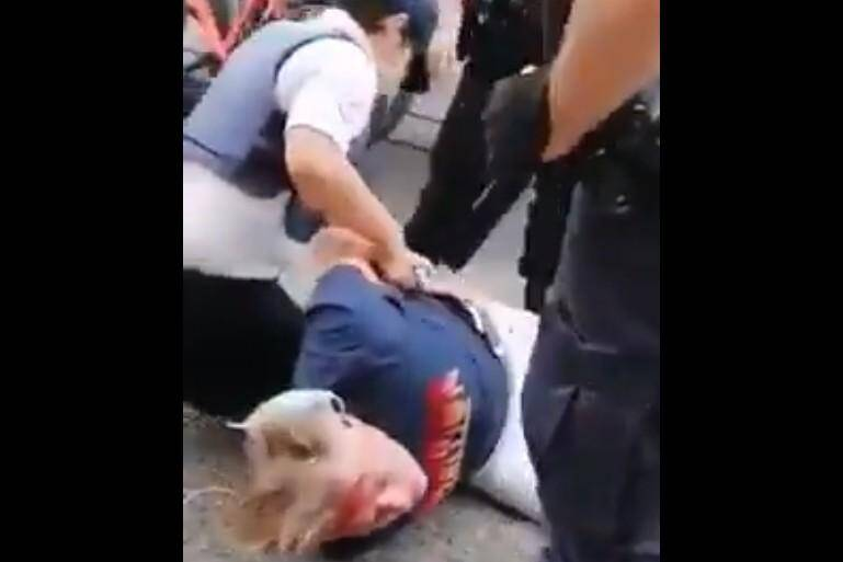 L'homme interpellé est blessé à la tête.