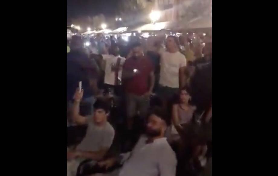 Une foule serrée et sans masque fête la victoire de Paris sur le cours Saleya.