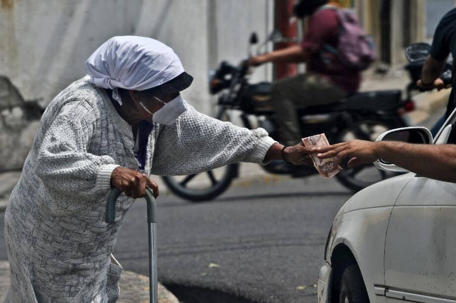 Une femme demande l'aumône à Tegucigalpa le 4 août 2020