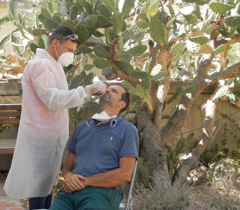 Mardi, le médecin de l'île, Philippe Lentz, a été l'un des premiers à passer un test PCR.