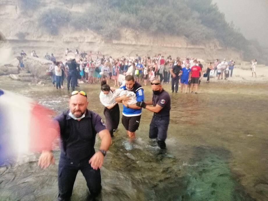Les policiers se sont mis à l'eau non loin du port Tamaris pour évacuer les personnes présentes.