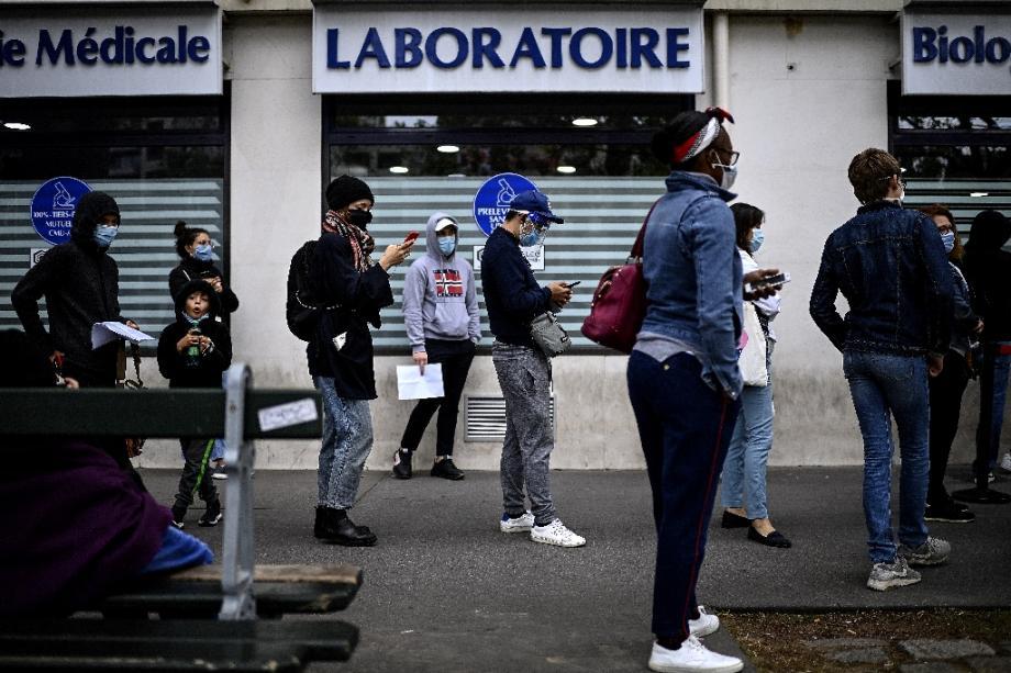 Des gens portant des masques de protection attendent de pouvoir passer un test au Covid-19 dans un laboratoire parisien, le 29 août 2020