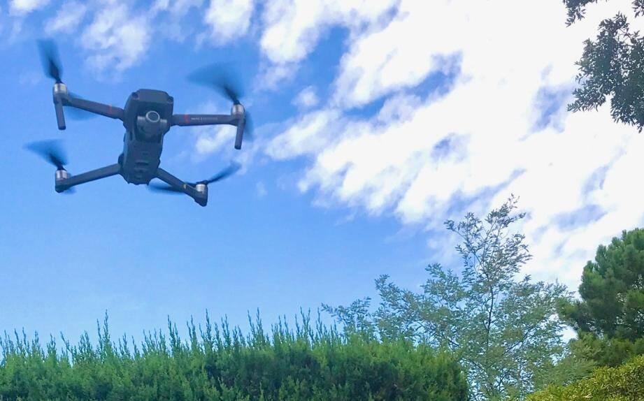 Le télé-pilote propulse son drone à 150 m d'altitude en position stationnaire pendant 25 minutes, avant de recharger les batteries pour un nouveau vol.