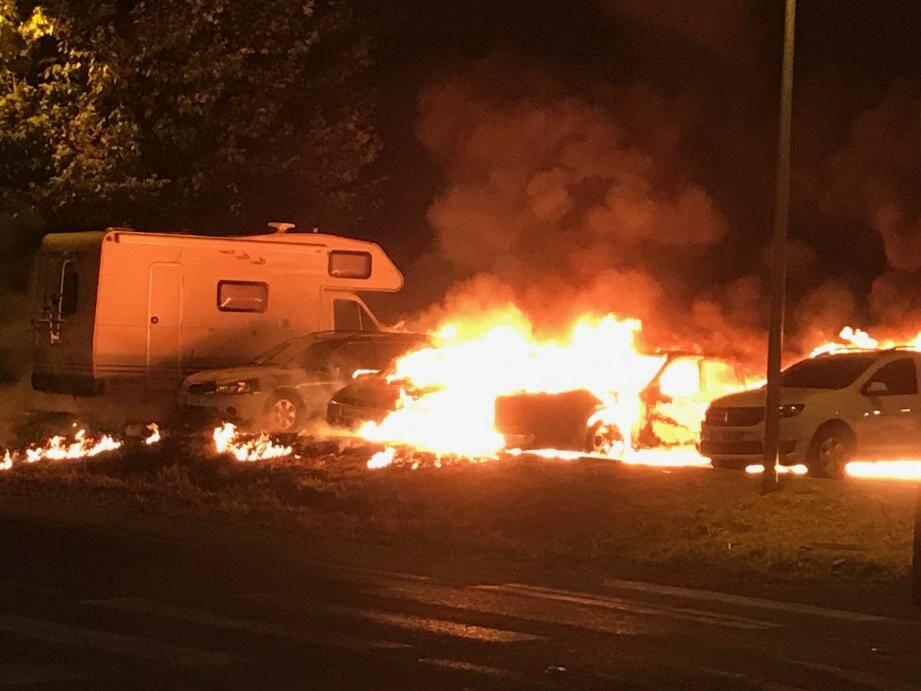 Le temps que les pompiers interviennent, l'incendie s'est propagé à quatre autres véhicules.