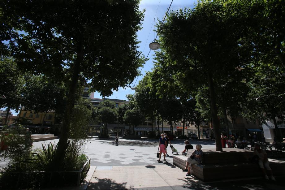 «C'est la sève des arbres qui fait péguer le sol», constate la patronne du Café de la place.