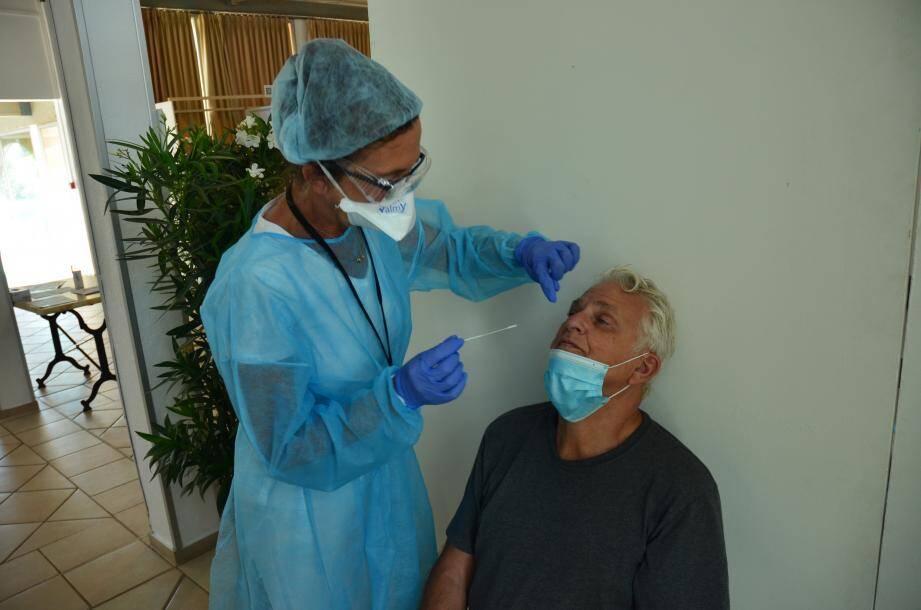 Les tests nasaux sont rapides et non douloureux, pour un résultat donné sous 48 heures.