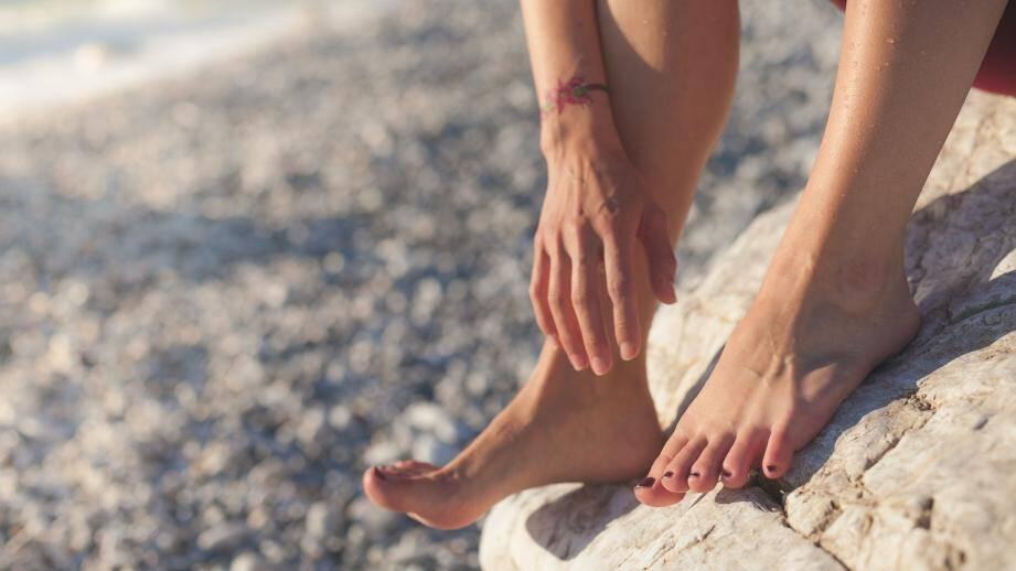 Bien sécher ses pieds après la douche ou la baignade permet de prévenir les mycoses.