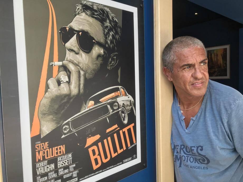 Samy Naceri, juste sous une affiche du film Bullitt, avec Steve McQueen et la bagnole vedette de son incroyable course-poursuite.