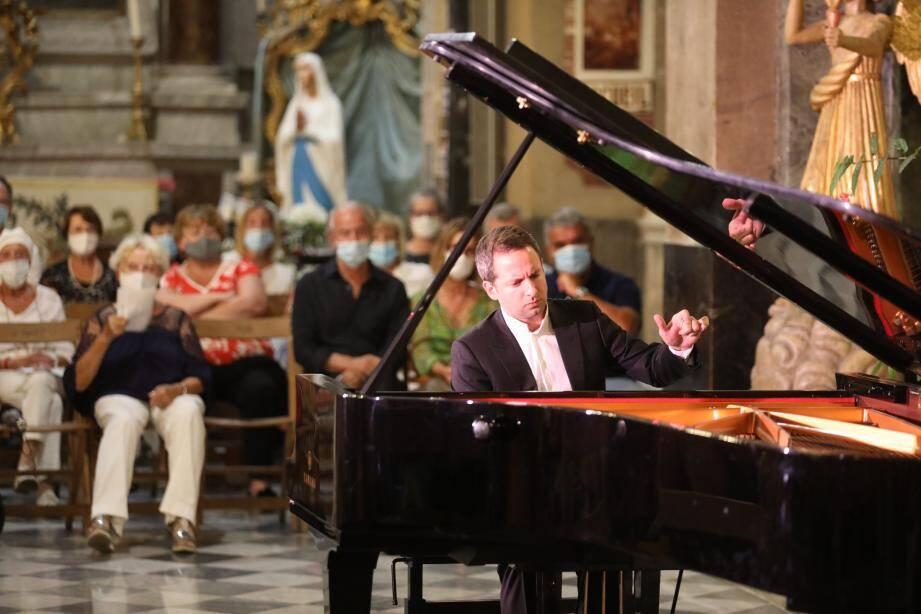 Lundi soir, le pianiste Bertrand Chamayou a joué à l'intérieur de la basilique Saint-Michel en raison du mauvais temps.