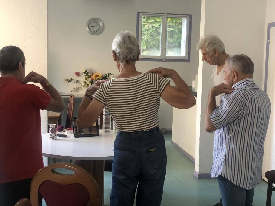 Luc, Geneviève, Peco et Guy suivent attentivement le cours de sport à travers la tablette de la résidence.