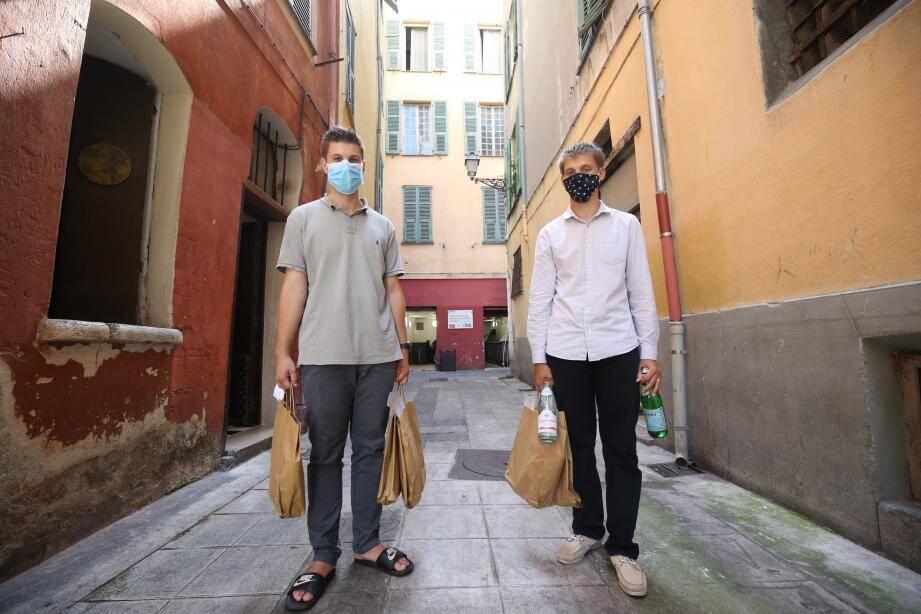 Bastien et Ugo Gambaudo, dans les rues du Vieux-Nice: les porteurs d'eau et de proximité sociale.