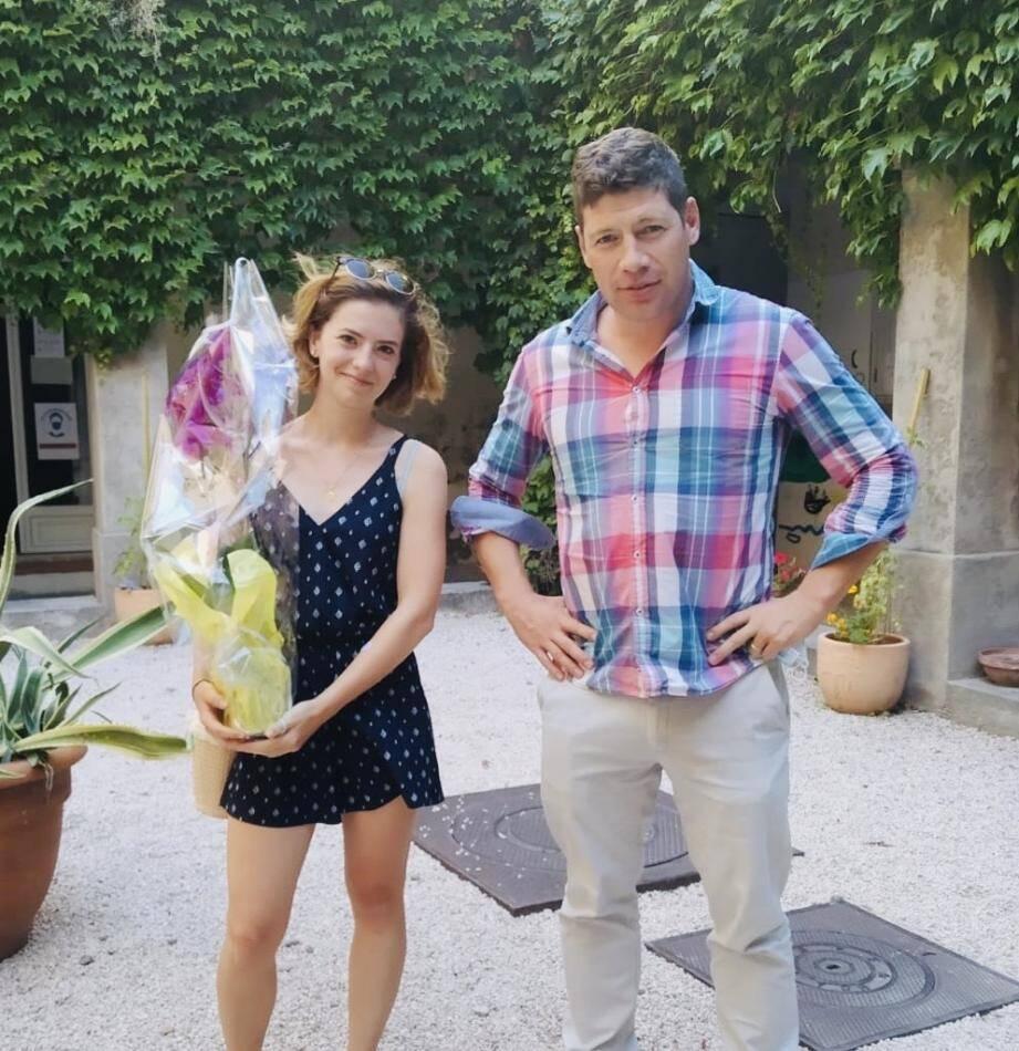 Alexis Bouthéon avec Emma, lycéenne de Stanislas, la plus jeune bénévole engagée sur le terrain pendant le confinement. Des fleurs lui ont été offertes pour la remercier.