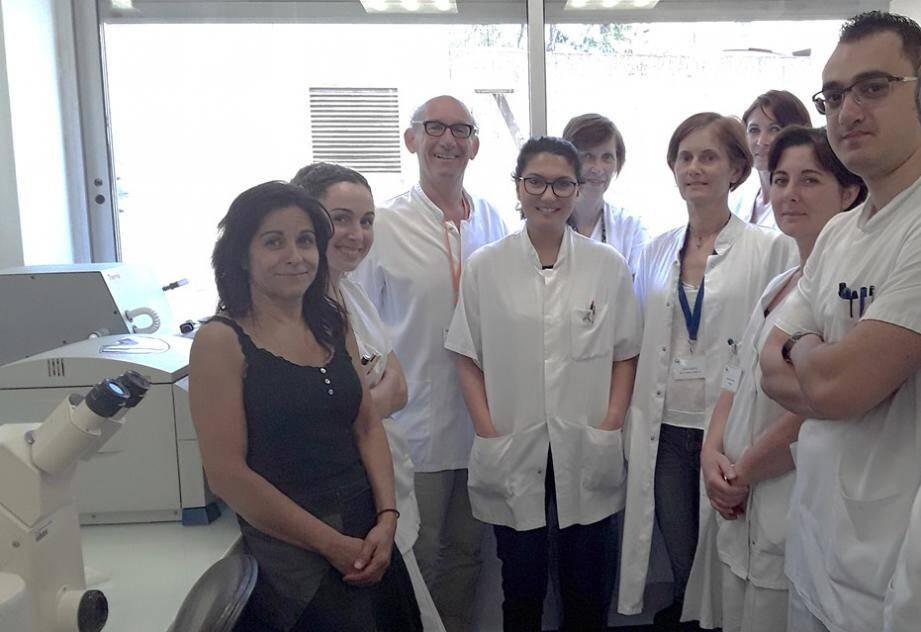 Le Dr Milano (3e en partant de la gauche) et l'équipe du laboratoire d'Oncopharmacologie du centre Antoine-Lacassagne.
