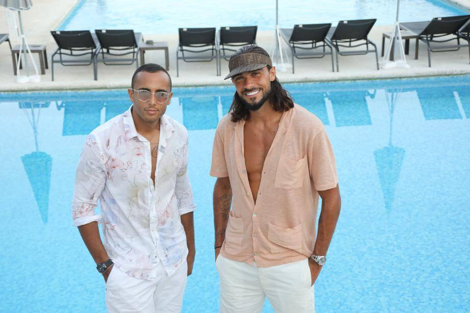 Julien Guirado (à droite) comme à la maison à l'hôtel Mas Bellevue de Saint-Tropez, avec son nouvel ami pâtissier, Yazid Ichemrahen, rencontré cet été à Cannes.