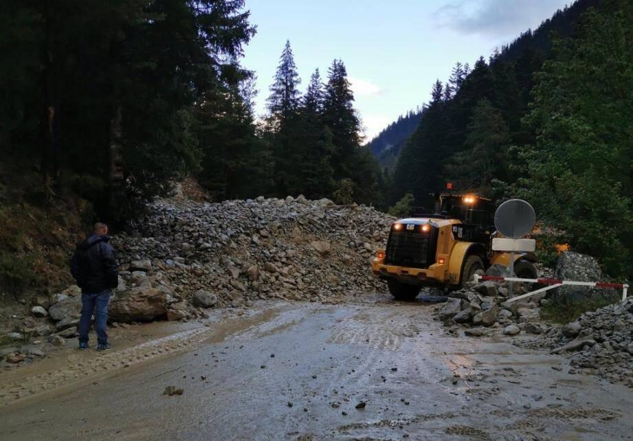 La route sera bloquée au moins jusquà ce mardi soir.
