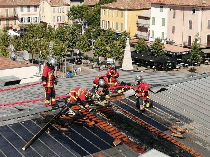 La vingtaine de pompiers sur place a du détoiturer une partie des panneaux pour venir à bout des flammes, au bout d'une heure d'effort.