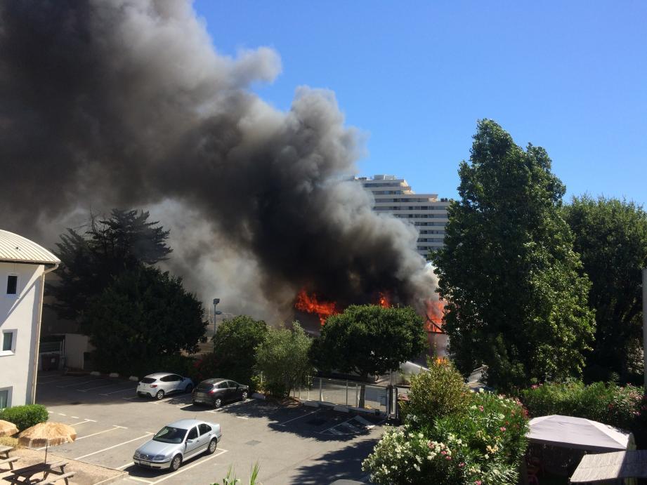 Les établissements situés à proximité ont été évacués.