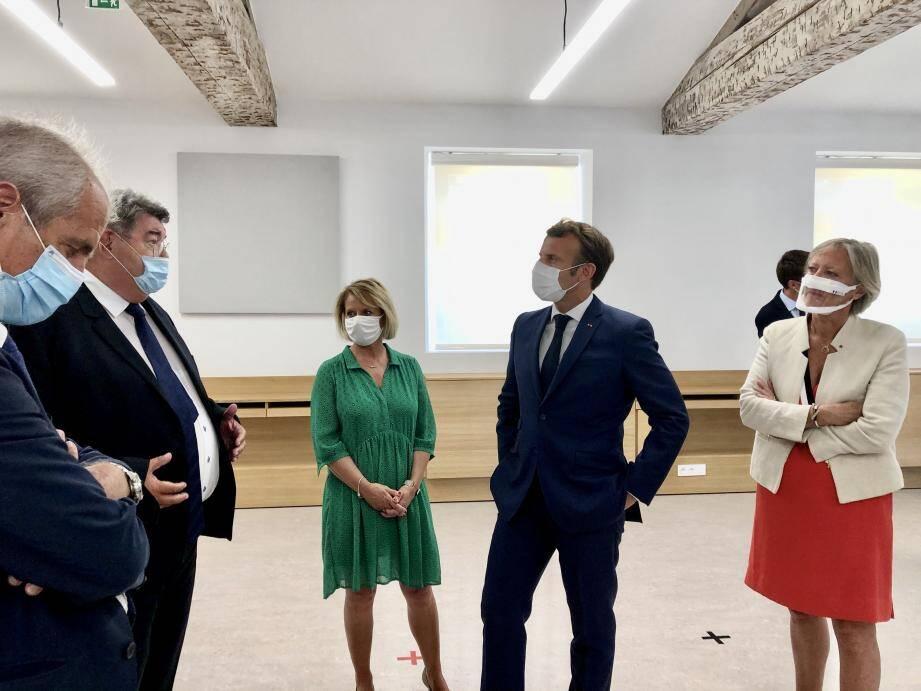 Macron discute avec les élus dont Hubert Falco le maire de Toulon et Marc Giraud directeur départemental.