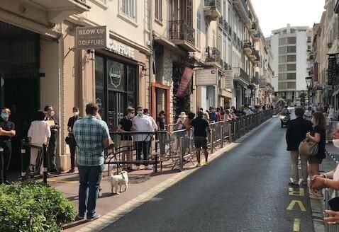 Plus de 200 personnes dans la file d'attente avant l'arrivée de Nicolas Sarkozy.