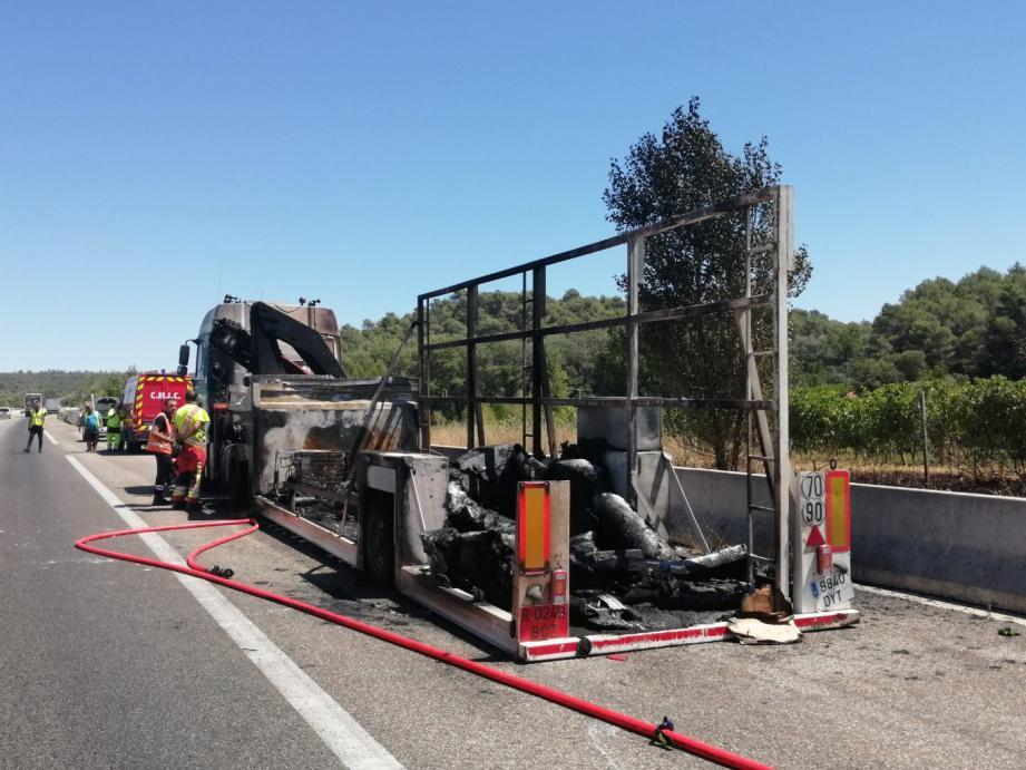 L'incendie sur l'A8 a été éteint. Ici la carcasse du poids lourd.
