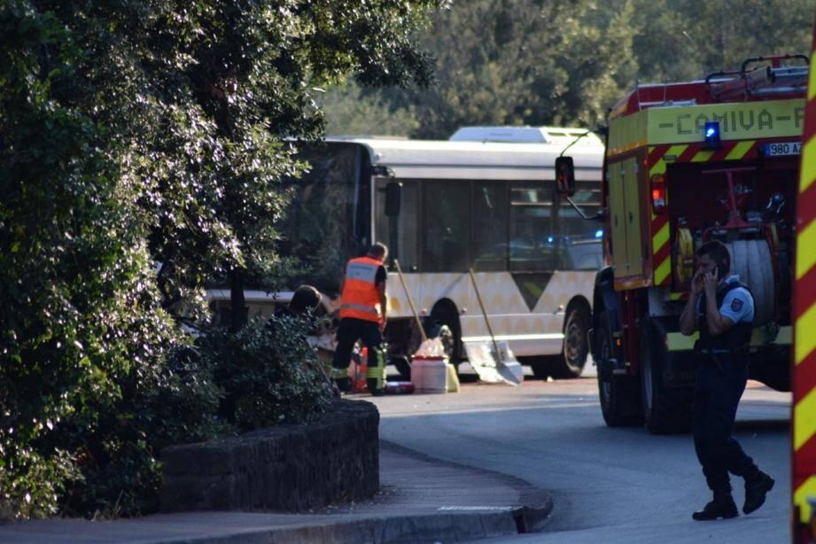Une voiture serait entrée en collision avec un bus.