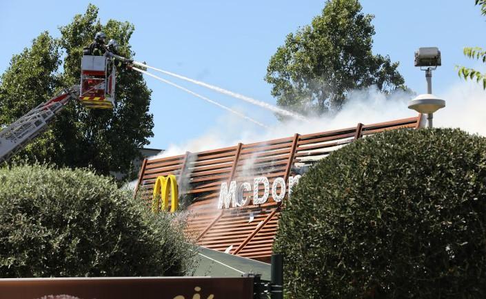 Les clients du fast-food ont évacué les lieux avant l'arrivée des secours.