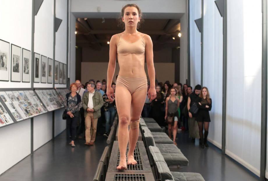 La danseuse Malou Bonvissuto de la compagnie Antipodes a interprété la création Animal Slave au MAMAC de Nice en 2017.