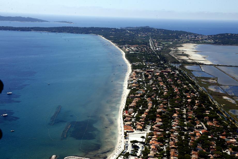 Une vue aérienne entre Hyères et Toulon. Illustration.