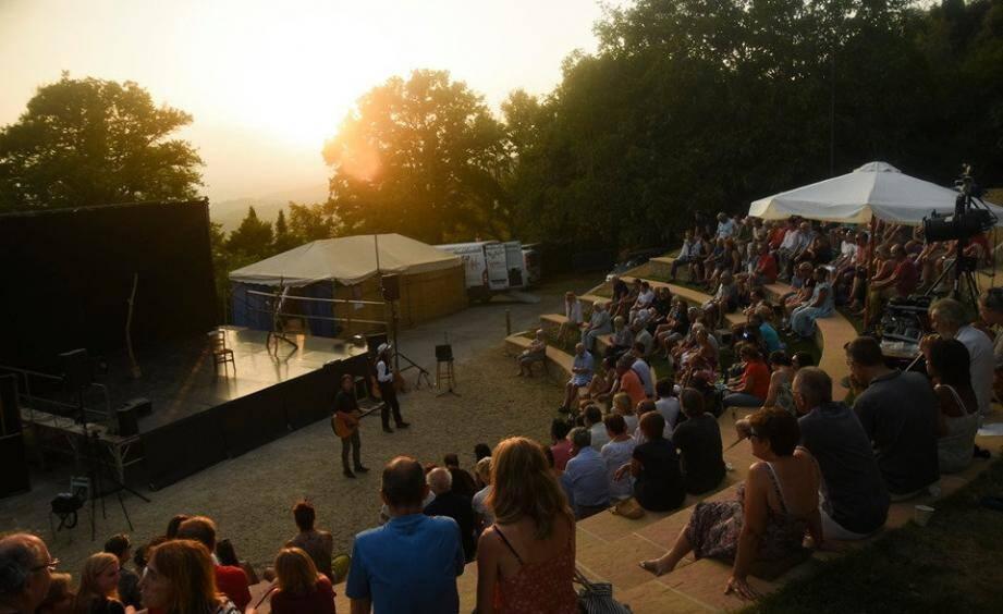 Le festival de théâtre gratuit devait se tenir jusqu'au dimanche 9 août, puis du 12 au 16 août.