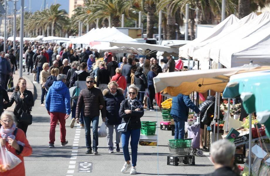 Le marché dominical de Fréjus-plage. Illustration.