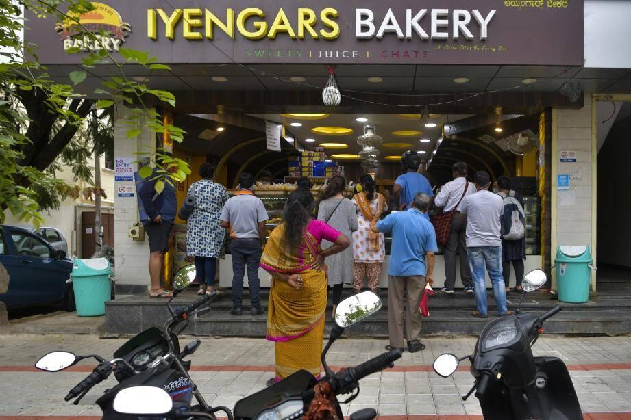 Des habitants se préparent avant d'être reconfinés, en Inde.
