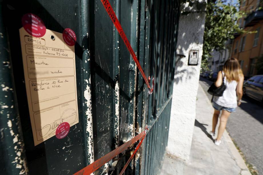 Les riverains ont été réveillés à 4heures samedi matin par une violente dispute rue du Rocher à Nice dans un meublé fermé et squatté.