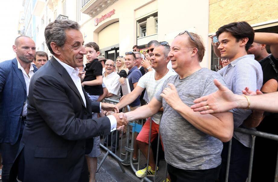 """L'été dernier, Nicolas Sarkozy avait été accueilli en super-star par 500 """"fans"""" lors de la tournée promotionnelle de son précédent ouvrage à Toulon."""