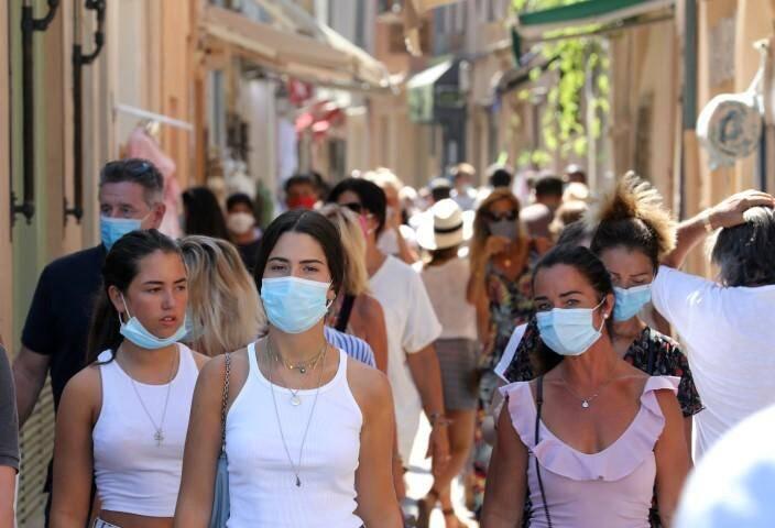 Les masques deviennent obligatoires dans de plus en plus de lieux et de communes.