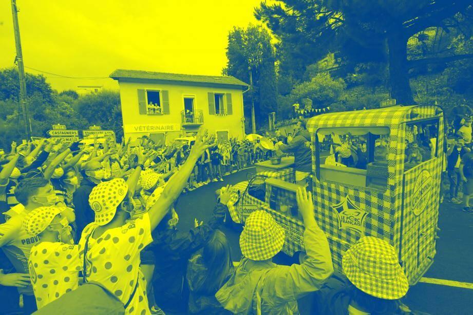 Passage de la caravane du Tour de France lors de la première étape, le 27 août.