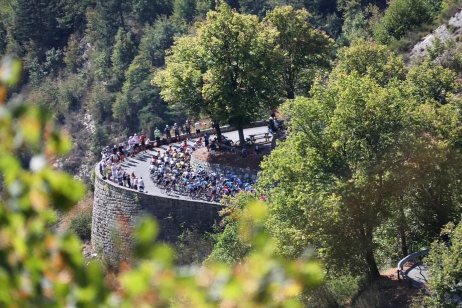 Le peloton lors de la deuxième étape du Tour de France dans le haut pays niçois.