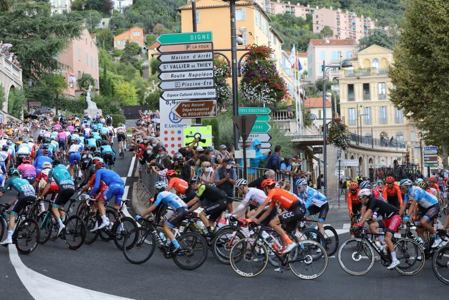 Le peloton passe à Grasse ce lundi lors de la 3e étape du Tour de France.