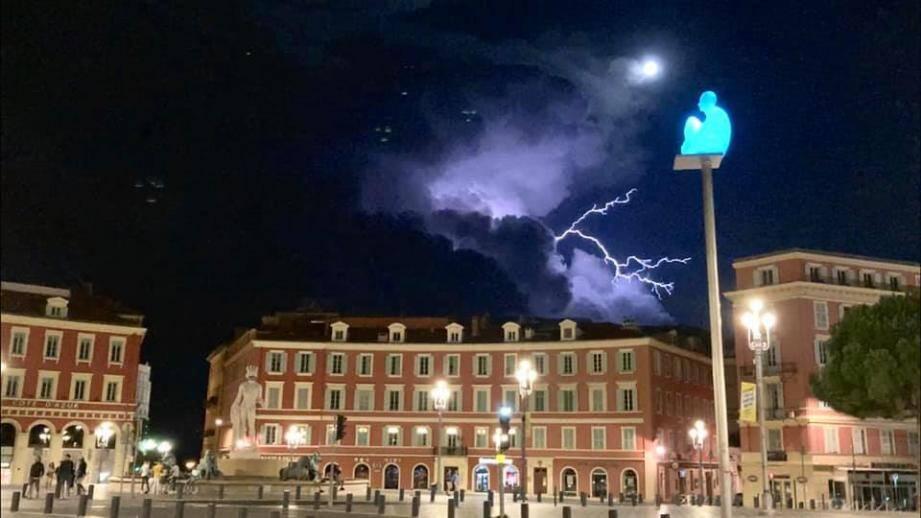 L'orage nocturne vu de la place Masséna, à Nice.