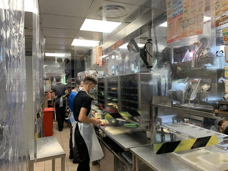 Dans les cuisines du Mcdonald's d'Ollioules, des plaques de plexiglas ont été installées afin de matérialiser les distances de sécurité.