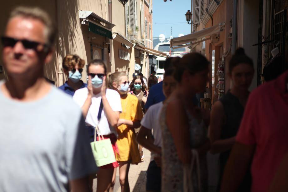Les rues bondées du centre-ville de Saint-Tropez