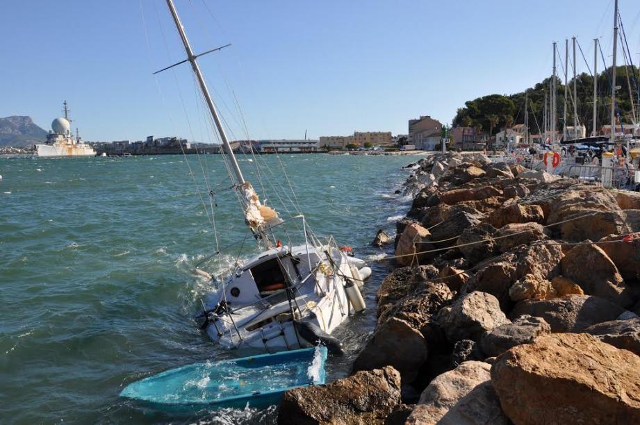 Le voilier en difficulté sur une mer déchaînée a été mis en sécurité le long de la digue, à l'entrée du port.