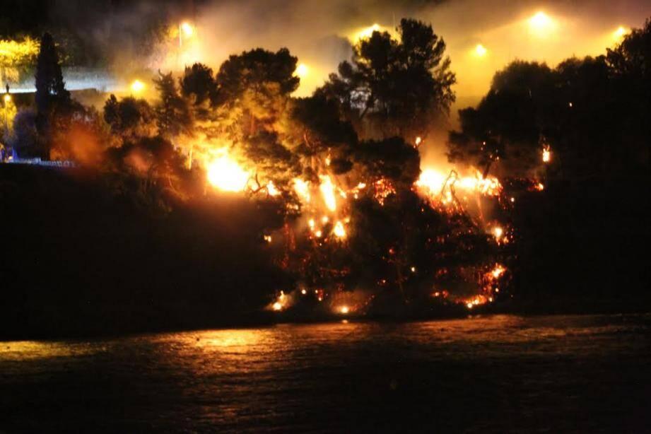 Le feu semble spectaculaire mais a été vite maîtrisé par les sapeurs-pompiers.