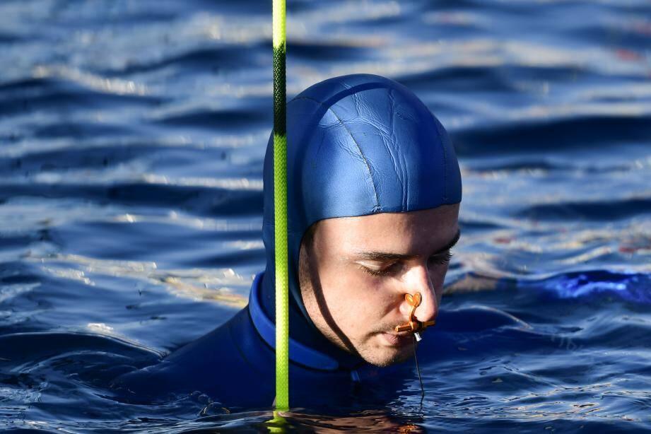 Arnaud Jéralden pleine concentration avant de plonger en 2019 à Villefranche-sur-Mer.