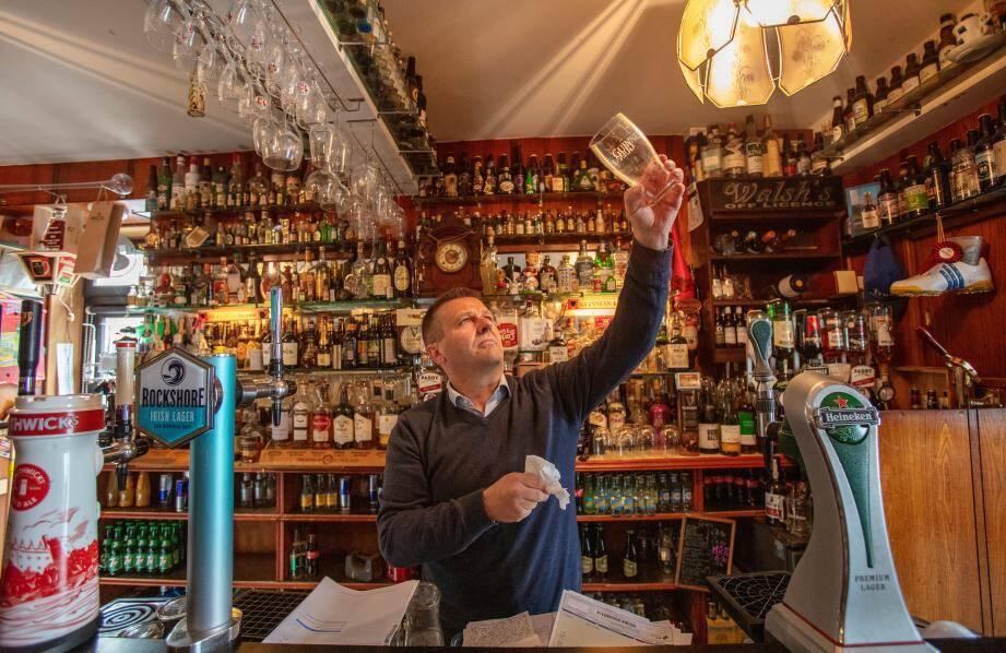 Joe Sheridan pose dans son pub fermé.