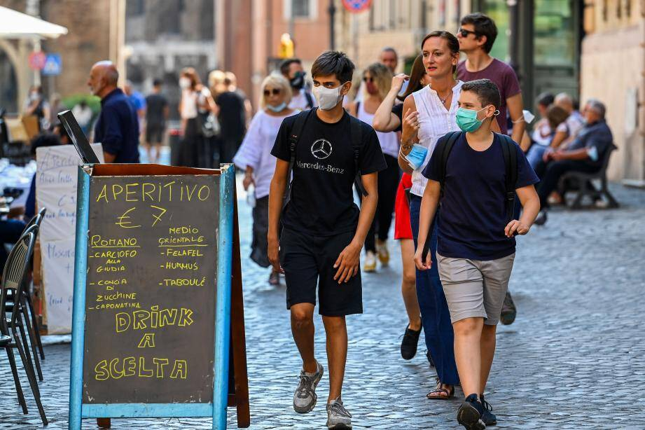depuis lundi, le port des masques est obligatoire en Italie le soir dans les lieux publics fréquentés.