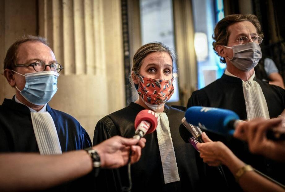"""Clelia Richard, avocate de la femme transgenre """"Claire"""" entourée à gauche de Bertrand Périer qui représente l'association des parents gays et lesbiens (APGL) et le président de la cour de Cassation Mathieu Stoclet  le 16 septembre 2020"""