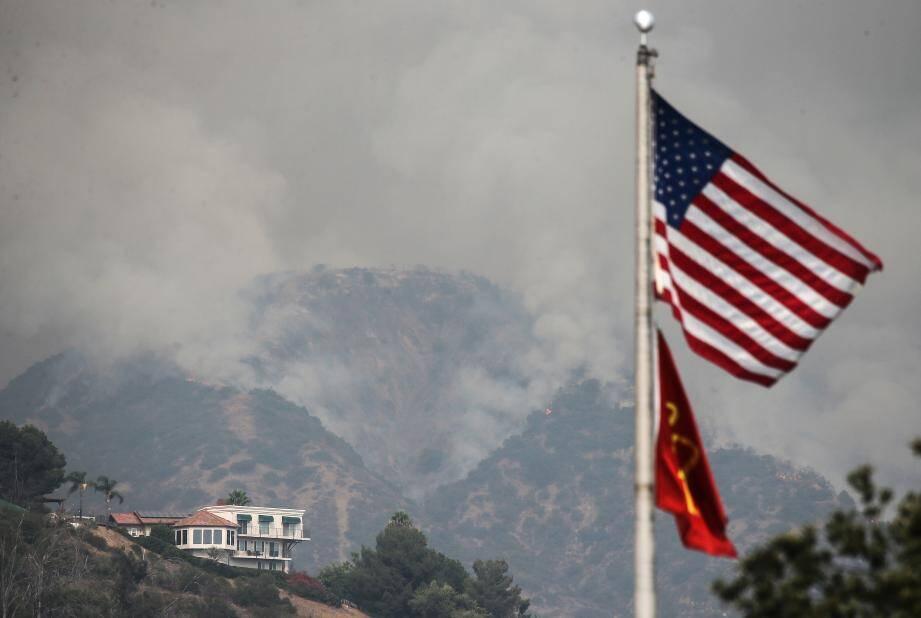 Selon les services météorologiques américains, les fumées dégagées sont si importantes qu'elles ont commencé à atteindre la côte est et l'Europe.