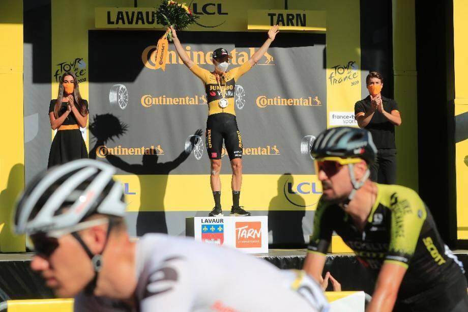 Le coureur de l'équipe Jumbo Wout van Aert sur la 1re marche du podium de la 7e étape du Tour de France à Lavaur, le 4 septembre 2020